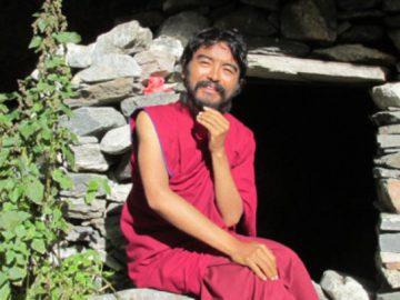 mingyur-rinpoche-outside-cave1-600x315